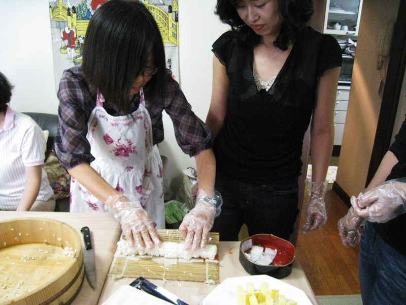 Challenging traditional roll sushi